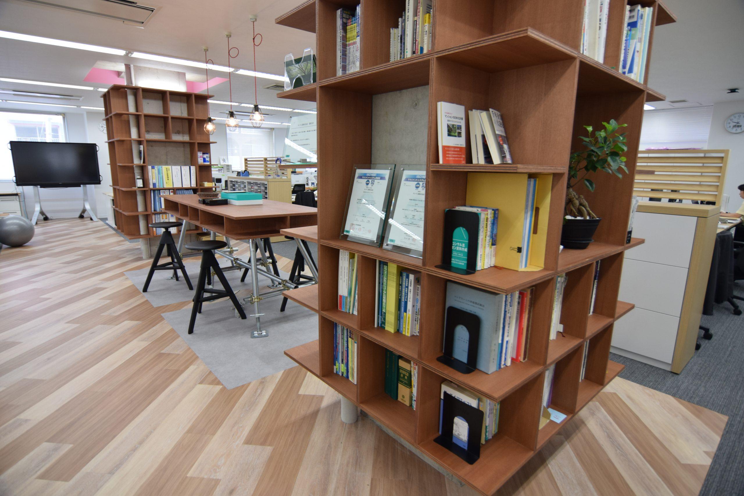 柿渋塗りの本棚と作業テーブル